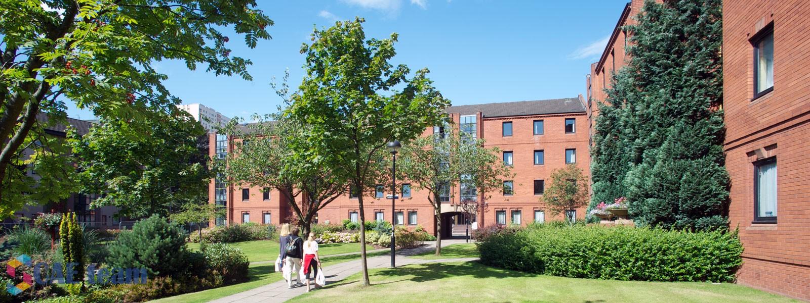 صورة منح للحصول على البكالوريوس في أقدم جامعات بريطانيا